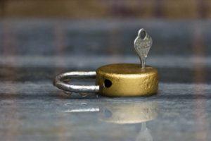 מנעול שוכב ובתוכו מפתח